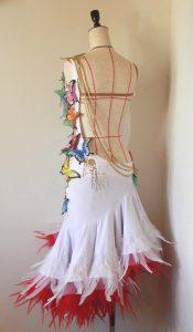 白のワンピースタイプのドレスに、立体蝶モチーフと羽根!